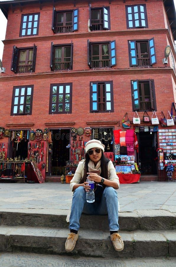 Podróżnik Tajlandzkie kobiety siedzi przy pamiątkarskim sklepem w Swayambhunath świątyni zdjęcie stock