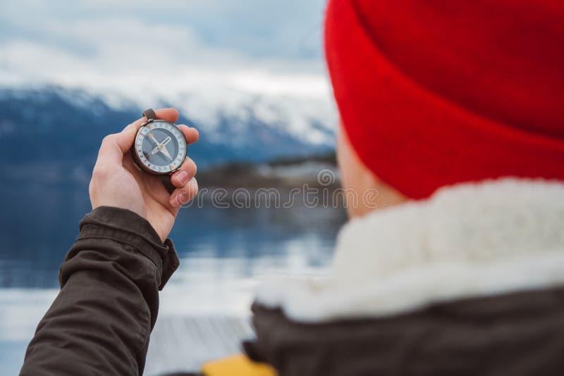 Podróżnik trzyma stary kompas na tle góry i jeziora Koncepcja znalezienia siebie w taki sposób Wyświetl zdjęcia royalty free