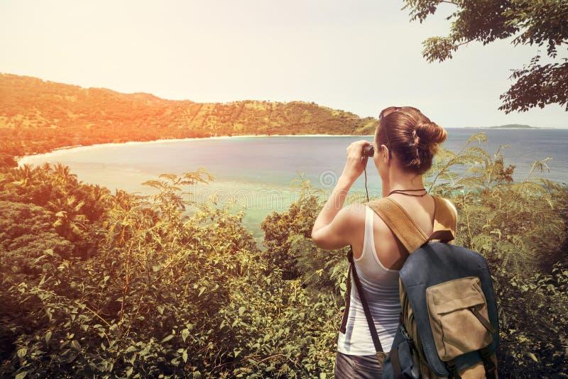 Podróżnik z backpacker i lornetkami w rękach cieszy się widok fotografia royalty free
