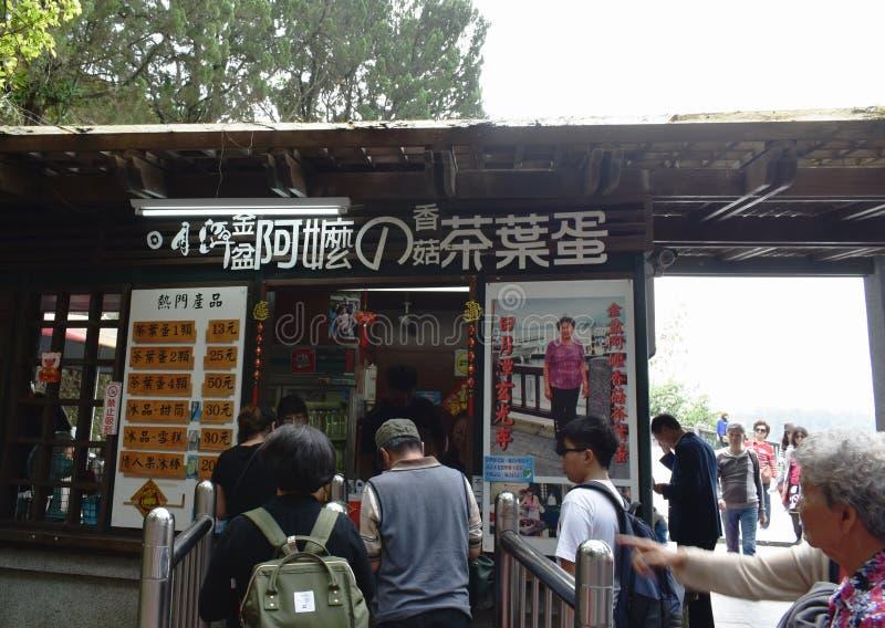 podróżnika kupienie gotował się jajko z Chińskim zielarskim zupnym sławnym ulicznym jedzeniem przy sklepem w słońce księżyc jezio zdjęcia stock