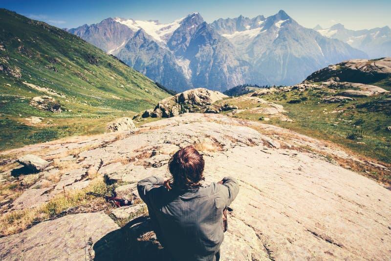 Podróżnika mężczyzna podróży stylu życia relaksujący pojęcie obrazy royalty free
