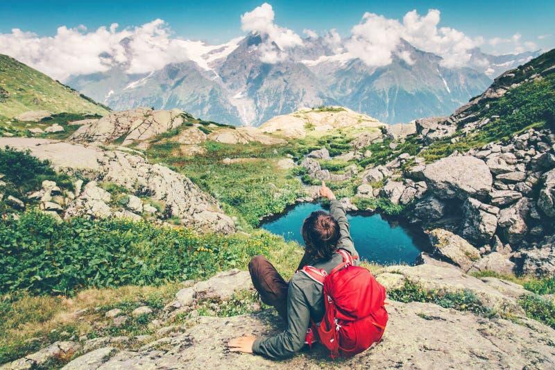 Podróżnika mężczyzna z plecak ręki relaksującym seansem zdjęcie stock
