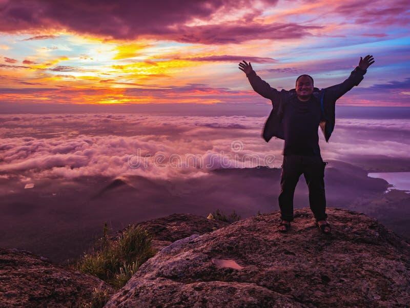 Podróżnika stojak na Skalistym cilff z sunsire niebem i piękny obłoczny morze na «Pa na raja «Khao Luang mountian zdjęcia stock