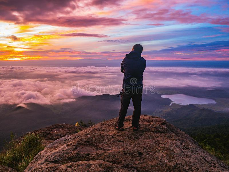 Podróżnika stojak na Skalistym cilff z sunsire niebem i piękny obłoczny morze na «Pa na raja «Khao Luang mountian obrazy stock
