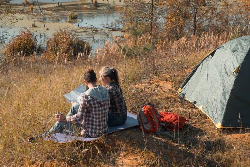 Podróżnika styl życia pary campingu spadku natura obrazy stock