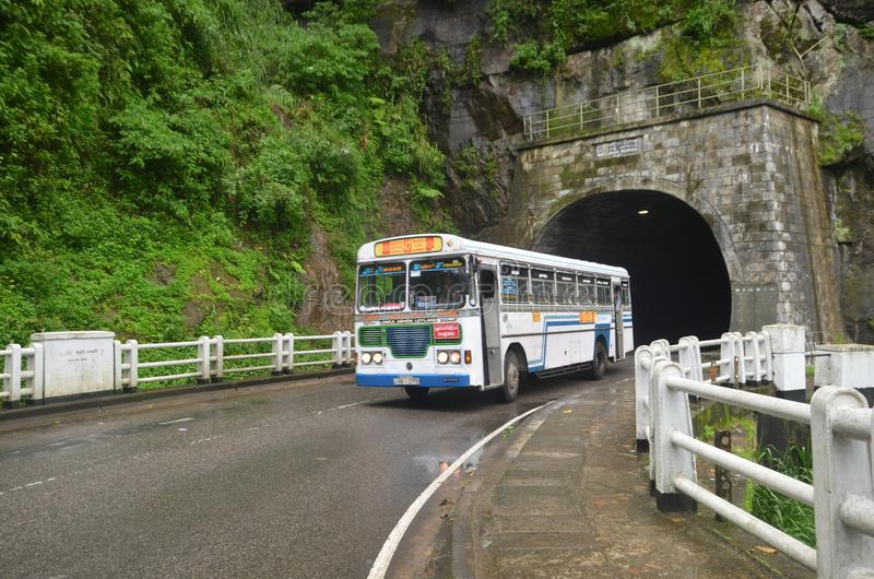 podróżny autobus w antycznym tunelu obraz royalty free