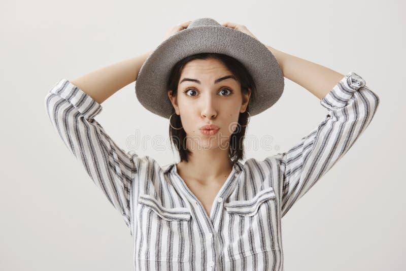 Podróżny blogger przygotowywający dla wycieczki turysycznej wokoło miasta Portret atrakcyjna marzycielska europejska dziewczyna w obraz stock
