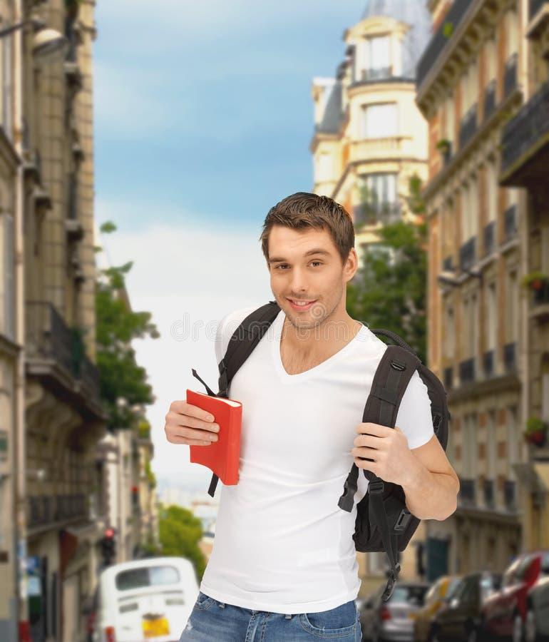 Podróżny uczeń z plecakiem i książką obraz stock