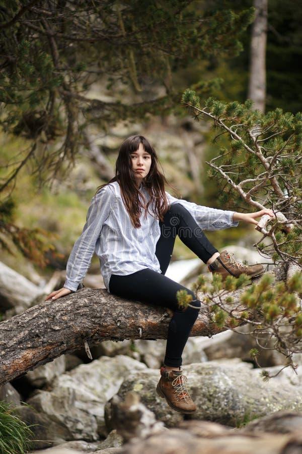 podróżomanii i podróży pojęcie elegancka podróżnik kobieta w kapeluszowych patrzeje górach modniś dziewczyna podróżuje na górze fotografia royalty free