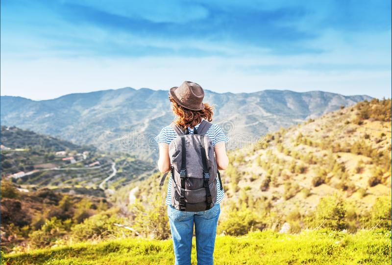 podróżomanii i podróży pojęcie elegancka podróżnik kobieta w kapeluszowym kiblu fotografia royalty free