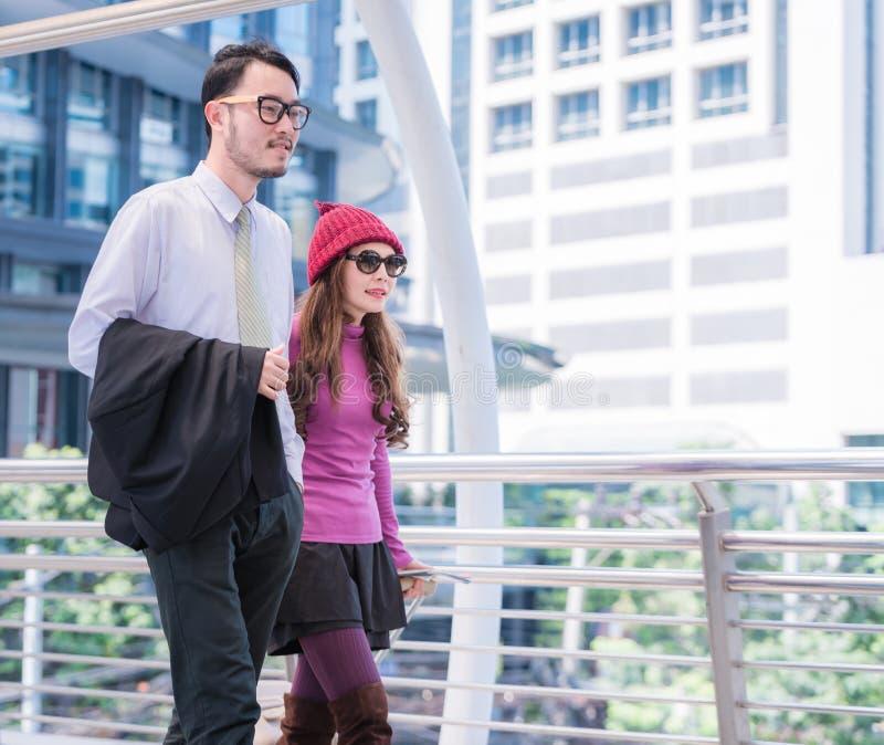 Podróżować Inspirowanej młodej kochającej pary w lotnisku zdjęcia stock