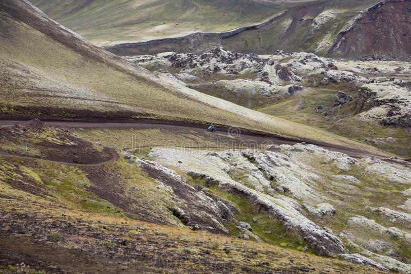Podróżować na motocyklu w Landmannalaugar górach obraz stock