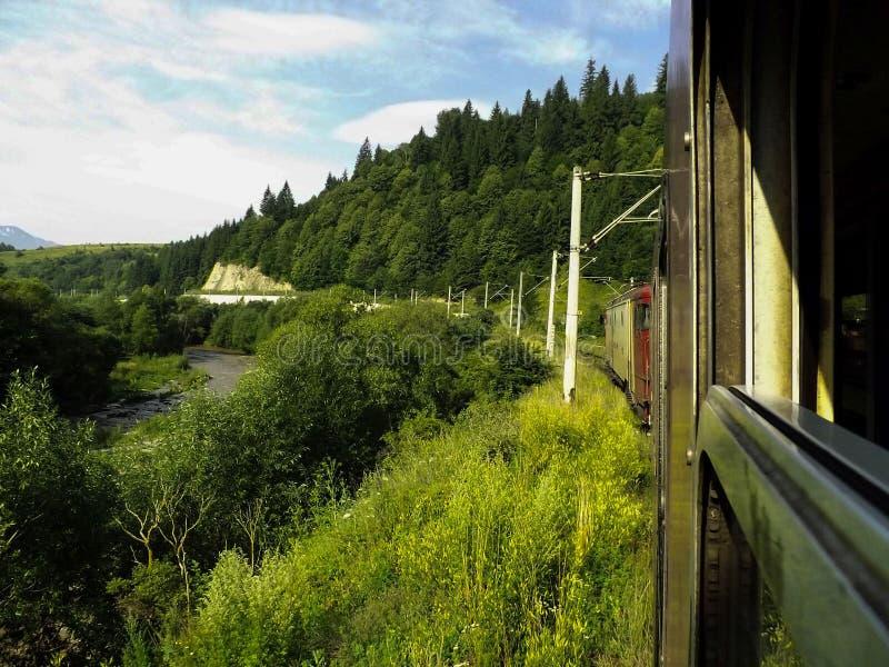 Podróżować przez gór pociągiem zdjęcie royalty free