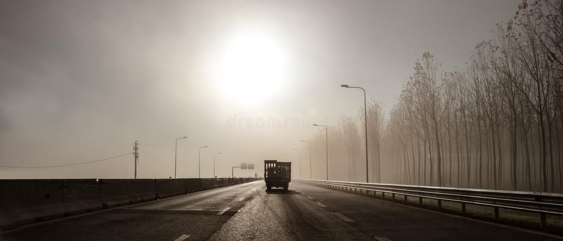 Podróżować w mgle przy rankiem obrazy stock