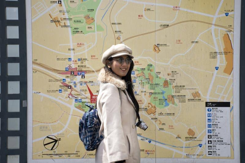 Podróżujące tajskie kobiety tworzą portret i czytanie mapy w starym mieście Naritasan Omote Sando lub Narita w Chiba w Tokio, Jap obrazy stock