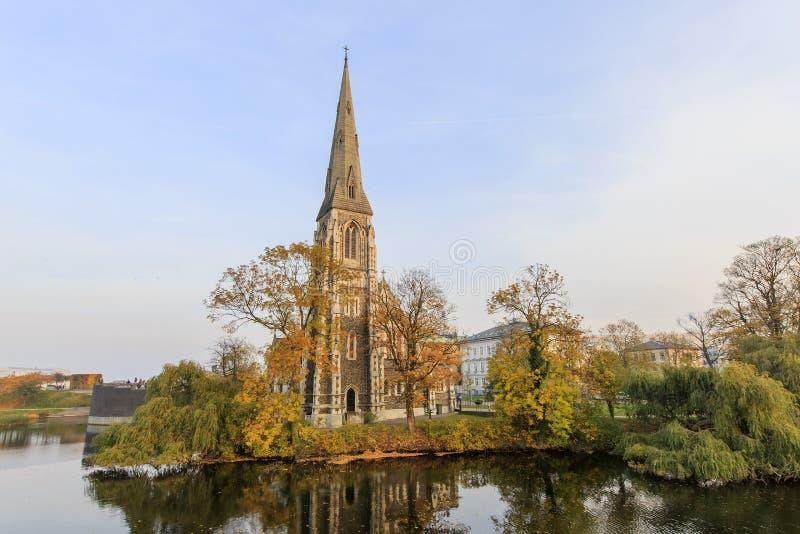 Podróżujący w sławnym St Alban kościół, Kopenhaga zdjęcia stock