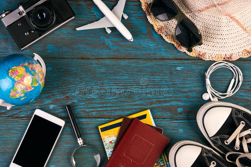 Podróżuje akcesoria i rzeczy na błękitnym drewnianym tle obrazy royalty free