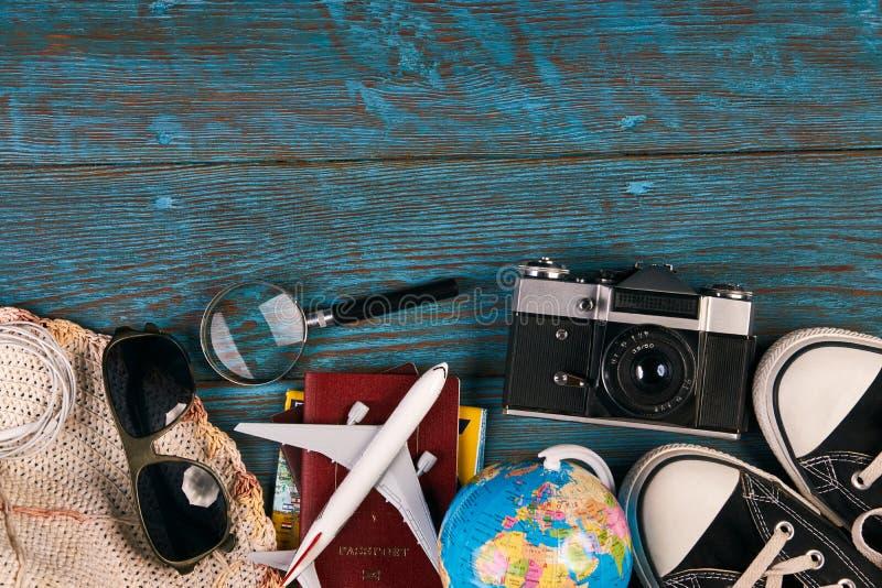 Podróżuje akcesoria i rzeczy na błękitnym drewnianym tle fotografia royalty free
