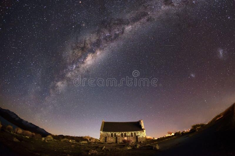Podróżuje krajobrazowego wizerunek historyczny kościół z nocnym niebem przy Jeziornym Tekapo, Nowa Zelandia fotografia stock