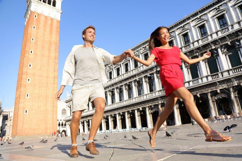 Podróżuje pary w miłości ma figlarnie zabawę w Wenecja zdjęcia stock