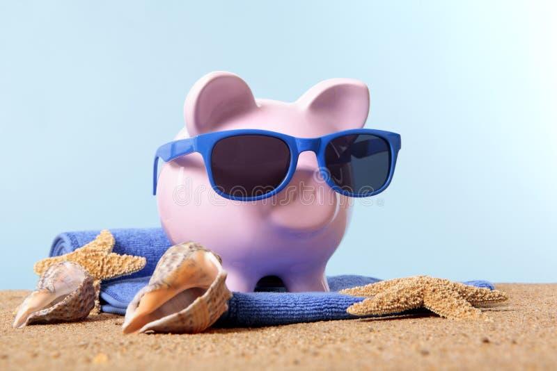 Podróżuje pieniądze planowanie, urlopowi savings, prosiątko banka plaży wakacje fotografia stock