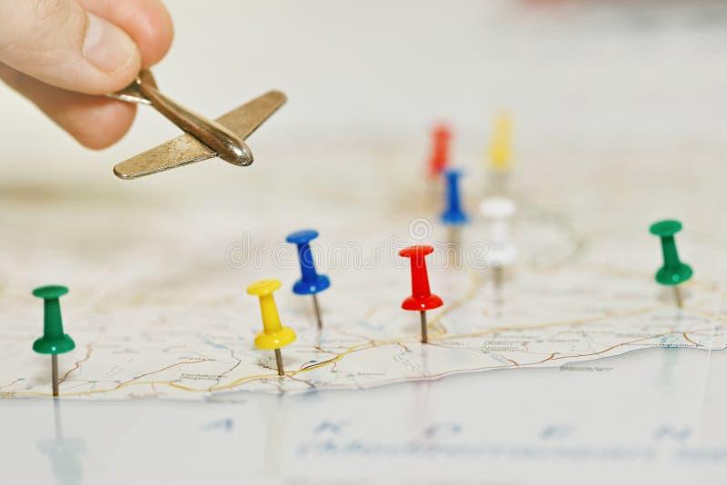 Podróżuje samolotu pojęciem z mapą i szpilkami obrazy royalty free