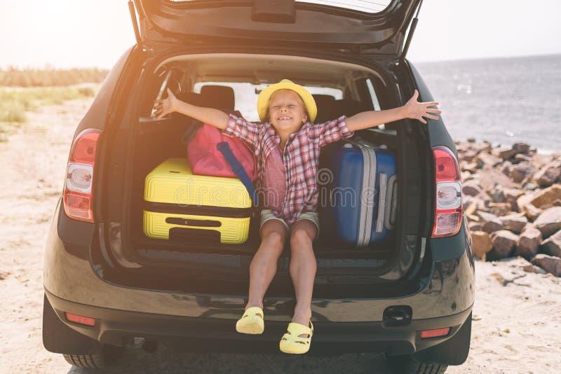 Podróżuje, turystyka - dziewczyna z torbami przygotowywać dla podróży dla wakacje Dziecko iść na przygodzie Samochodowej podróży  obrazy royalty free