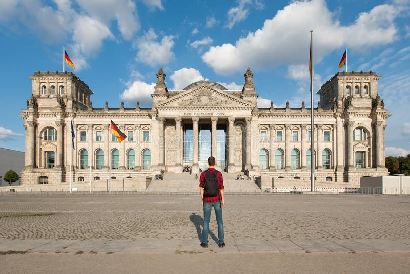 Podróżuje w Berlin, turystyczny mężczyzna patrzeje Bundestag budynek w Berlin, Niemcy zdjęcie stock