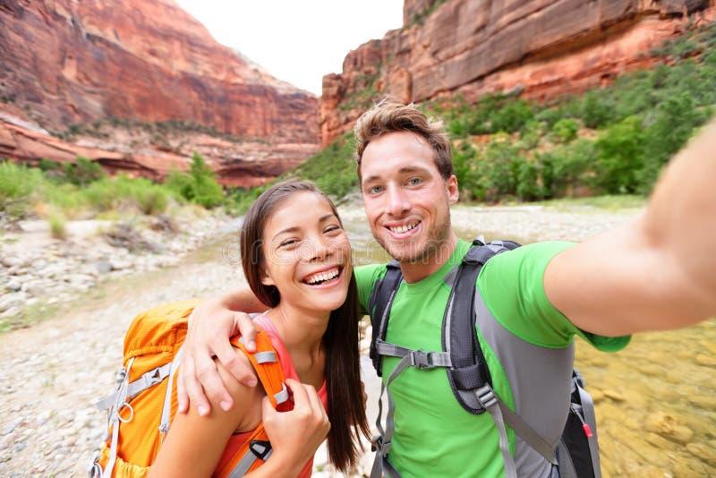 Podróżuje wycieczkujący selfie szczęśliwą parą na podwyżce fotografia royalty free