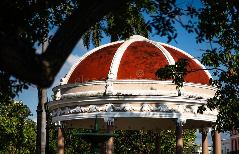 Podróży fotografia Cienfuegos Jose Marti centrali park z palmami, pawilonem i dziejowymi budynkami, Cienfuegos prowincja, Kuba obraz stock