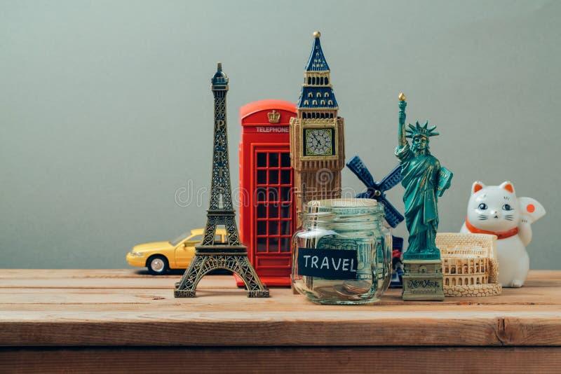 Podróży i turystyki pojęcie z pamiątkami od dookoła świata Planistyczny wakacje, pieniądze budżeta wycieczki pojęcie banka pienią zdjęcie stock