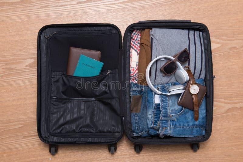 Podróży i wakacji pojęcie Otwarta podróżnika ` s torba z odzieżą, fotografia stock
