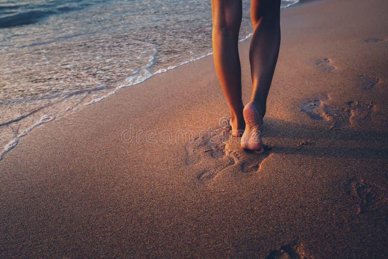 Podróży kobiety stopa na plaży fotografia royalty free