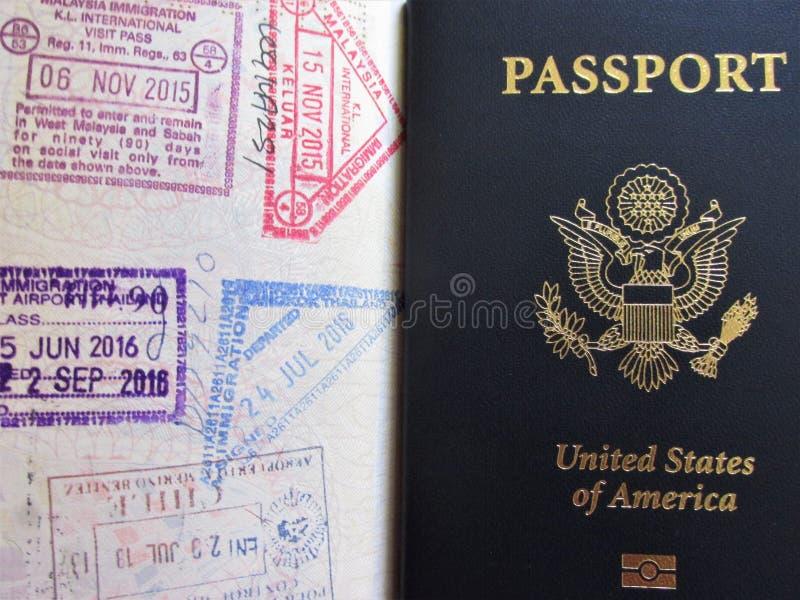 Podróży lub turism pojęcie amerykański paszport Rozpieczętowany paszport z wiza znaczkami fotografia royalty free