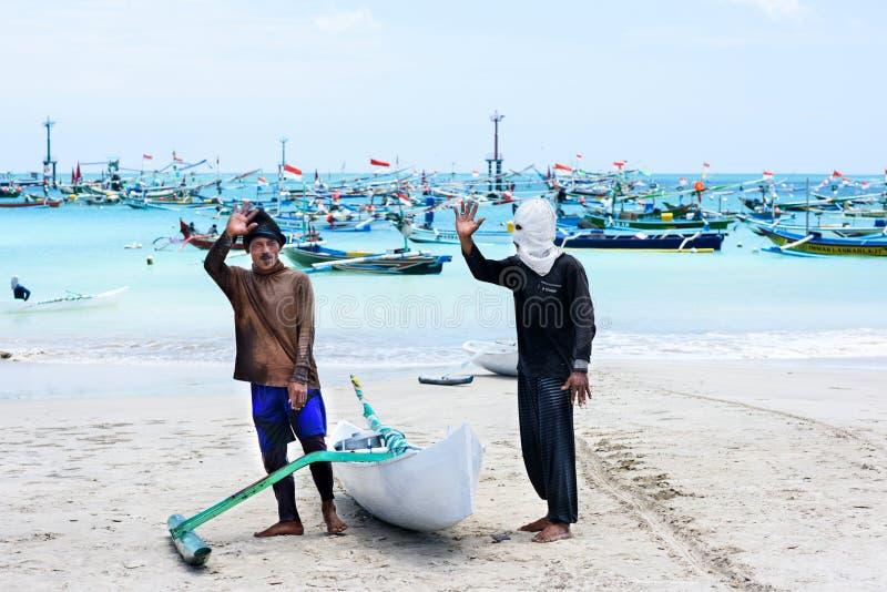 Podróży miejsca przeznaczenia, wyspy kultura Dwa miejscowych balijczyka lokalny rybak, tradycyjna łódź Kelan wyrzucać na brzeg, B obraz royalty free