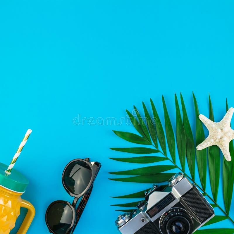 Podróży mieszkania nieatutowy pojęcie z palmowymi liśćmi zdjęcia royalty free
