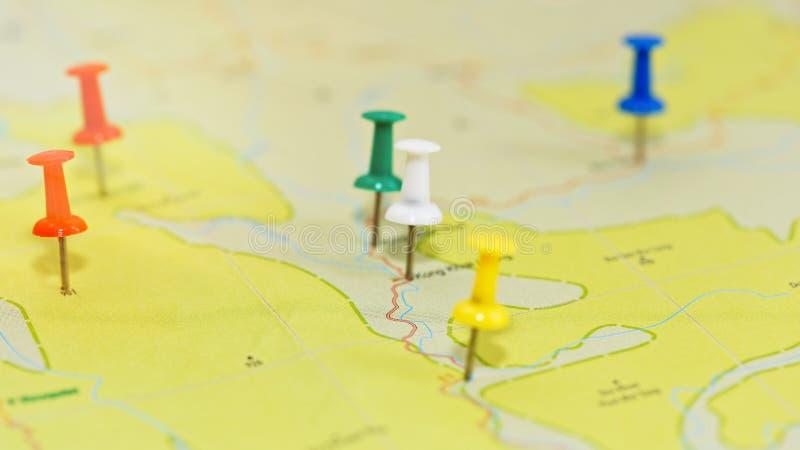 Podróży planistyczny pojęcie - mapa z pushpins obraz stock