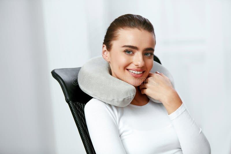 Podróży poduszka Kobieta Z poduszką Na szyi zdjęcie stock