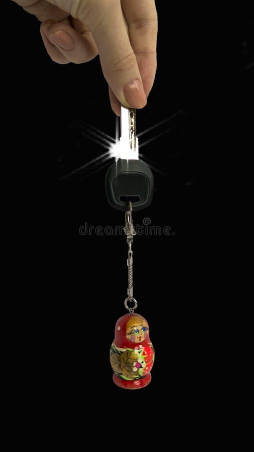Podróży poHand mienia klucz z łańcuchu rosjanina lalą obraz stock