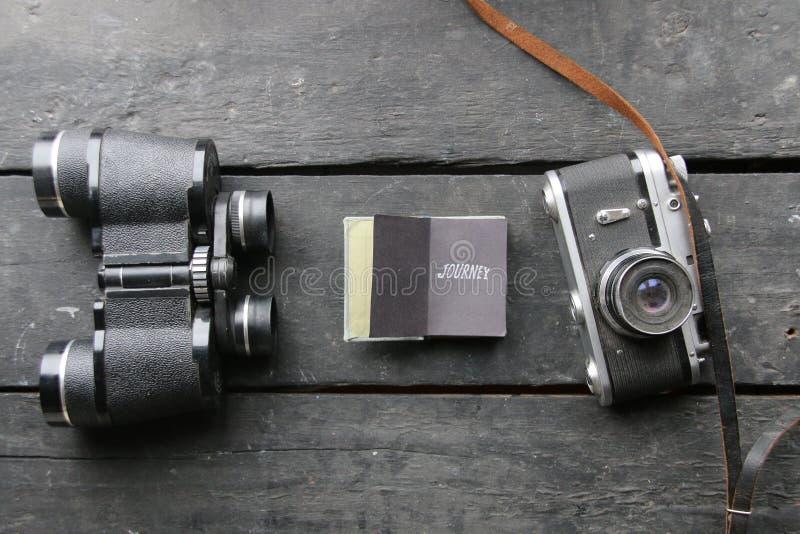 Podróży pojęcie, podróży akcesoria Ostrość na lornetkach i kamerze obrazy stock