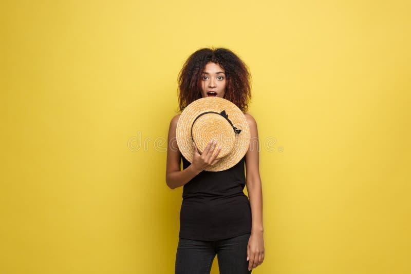 Podróży pojęcie - Zamyka w górę portreta amerykanina afrykańskiego pochodzenia młodej pięknej atrakcyjnej kobiety z modny kapelus obraz royalty free