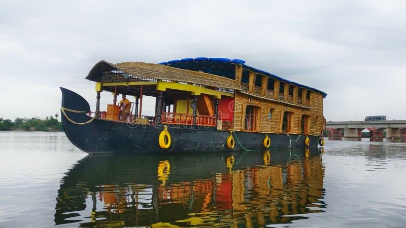 Podróży turystyki Domowa łódź w stojących wodach Pondicherry, India fotografia stock