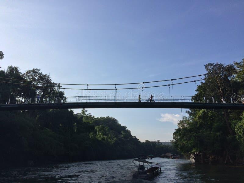 Podróży Wiszący Most rzeki przy Sai Yok parkiem narodowym Kanchanaburi i jeziora, Tajlandia zdjęcia stock