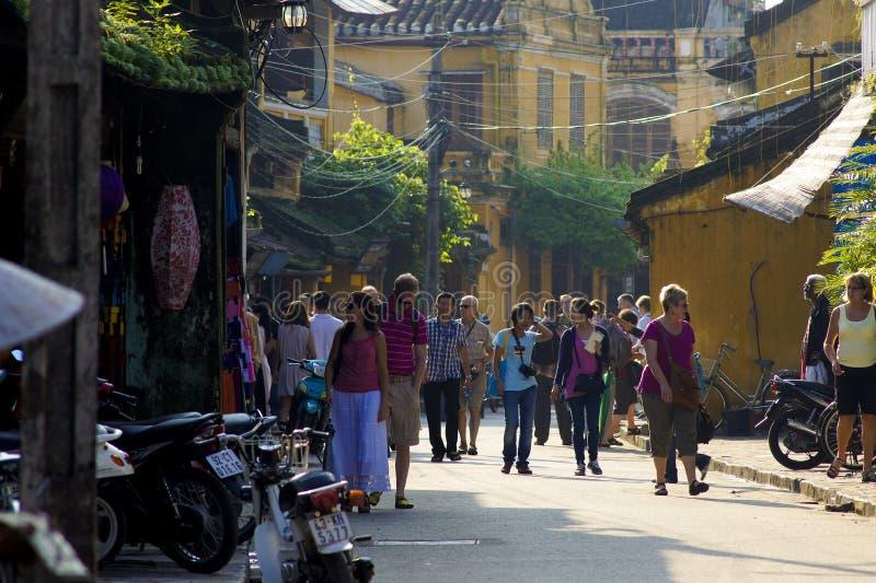 PODRÓŻNICY chodzą na ulicie HOI WIETNAM, NOV - 2011 - fotografia stock