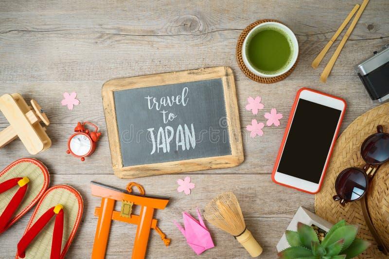 Podr?? Japonia poj?cie Planistyczny urlopowy pojęcie z chalkboard, turystyka przedmiotami i pamiątkami na drewnianym stole, zdjęcia royalty free