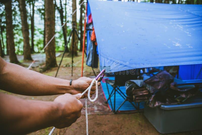 Podr??y natura relaksuje w wakacje obozować na moutain w dzikiej naturze Ci?gnie linowego Carabiner zdjęcie stock