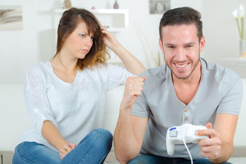 Podrażniona kobiety dopatrywania mężczyzny sztuki gra komputerowa zdjęcia royalty free