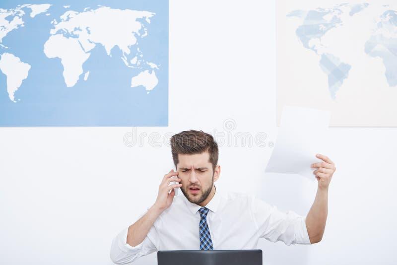 Podrażniony biznesmen opowiada na telefonie obraz stock