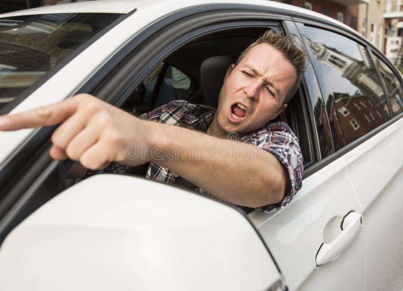 Podrażniony młody człowiek jedzie samochód Podrażniony kierowca zdjęcia royalty free