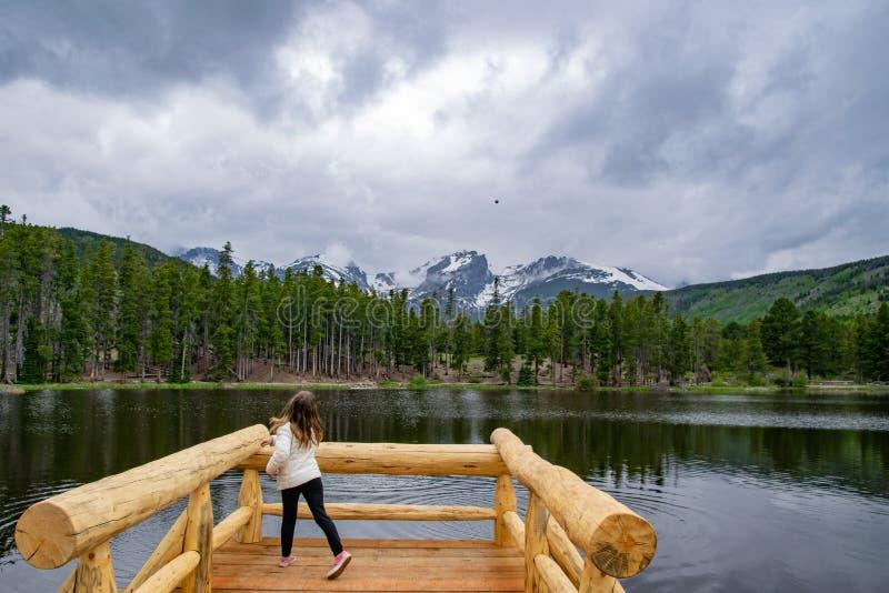 Podrzucać kamienie w Mounatin jezioro obraz royalty free